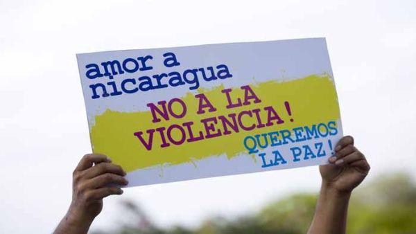 un_hombre_levanta_un_cartel_en_alusixn_a_la_paz_hoyx_lunes_30_de_abril_de_2018x_durante_una_marcha_en_apoyo_al_gobierno_si_al_dialogo_y_no_a_la_violenciax_en_managua_-_efe.jpg_1718483347